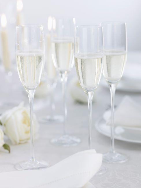 De belles flutes a champagne remplies de champagne