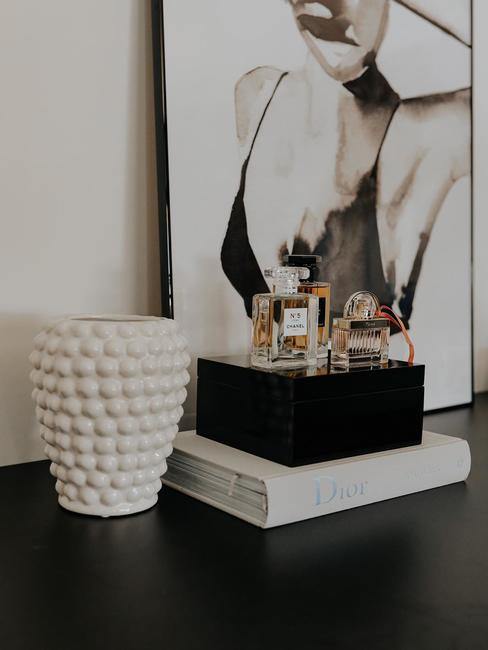 Plan sur livre blanc et objets de decoration