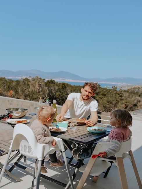 Famille de Lola Rossi sur la terrasse