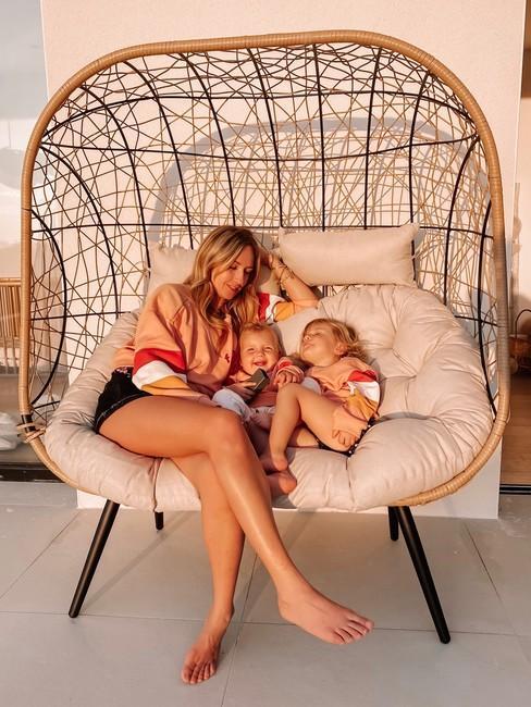 Lola Rossi avec ses filles dans fauteuil exterieur