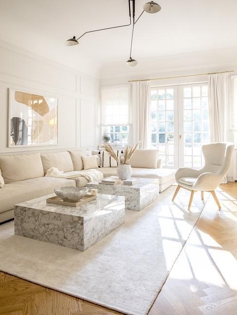 salon clair, plein de lumiere, canapes et fauteuil blanc-creme, rideaux blancs, murs blanc-creme, tables basses carrees, decoration minimaliste