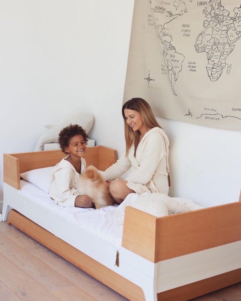 moment complice de babyatoutprix dans la chambre de ses enfants