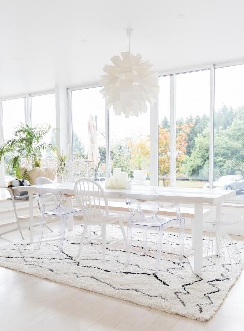 Salle à manger lumineuse avec grande table blanche Babychoufamily
