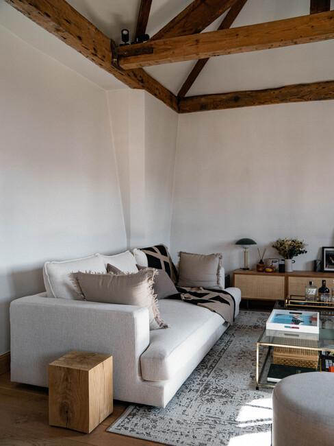 Canapé beige dans salon style industriel @lepetitfrançais