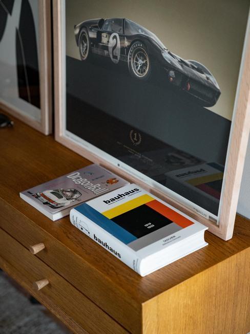 Livres vintage et cadre avec voiture de course
