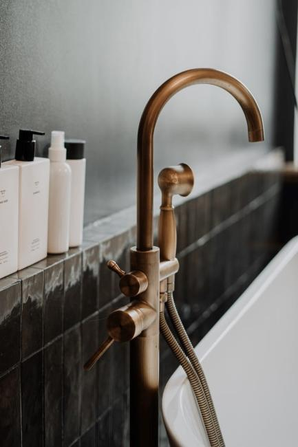 Salle de bain style industriel avec robinet en cuivre