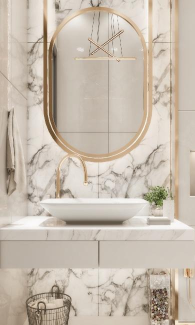 Salle de bain luxueuse avec miroir doré et mur en marbre