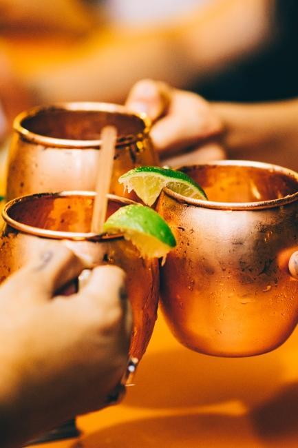 Jeu de cocktails pour nouvel an entre amis