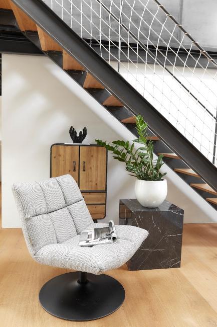 entrée avec fauteuil moderne sous escalier