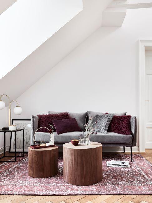 soggiono con divano grigio e decorazioni viola