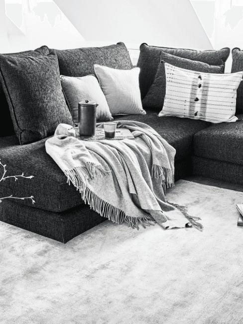coperta grigia su divano grigio scuro
