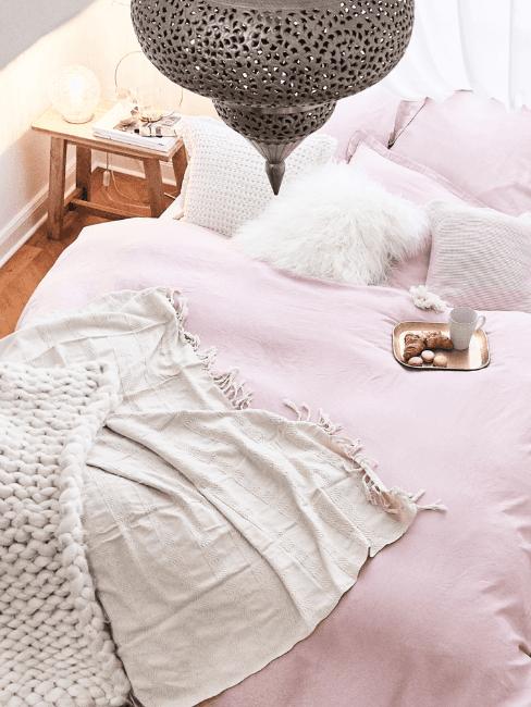 coperta in lana d'alpaca su letto rosa