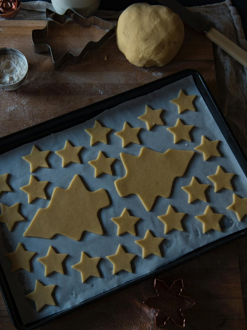 biscotti a forma di stella e albero di natale
