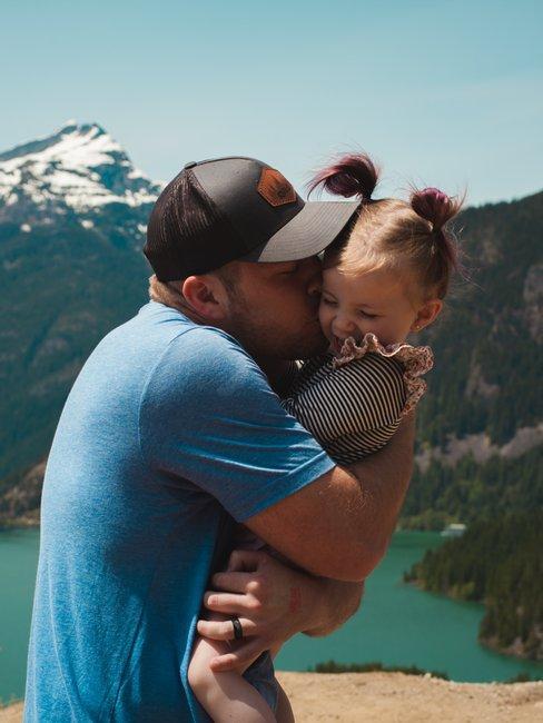 papà che abbraccia bambina