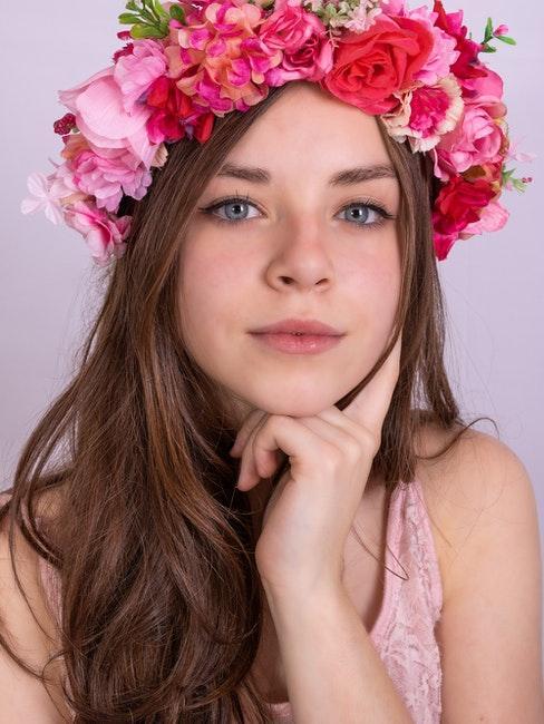 ragazza con corona di fiori rosa