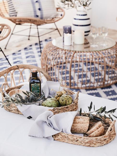 carrello con cibo in cestini in bamboo e mobili soggiorno in rattan