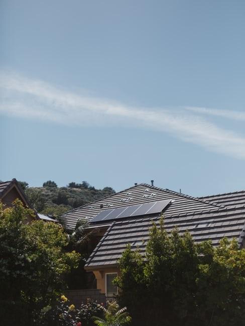 Tetto di casa passiva con pannelli solari