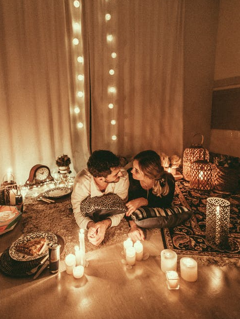 Coppia di fidanzatini durante una cena romantica