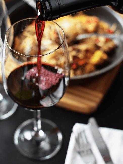 vino rosso versato nel bicchiere