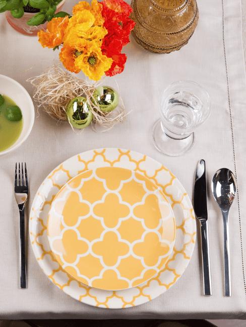 Piatti giallo limone su tavola decorata