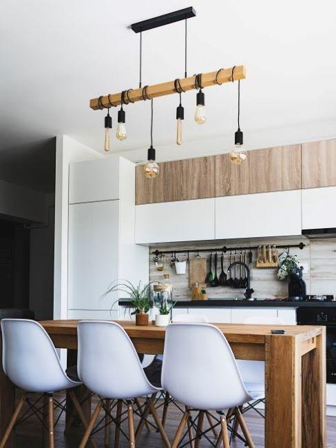 cucina stile industriale con tavolo in legno e lampadario con bulbi