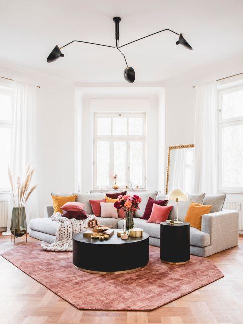 soggiorno con cuscini colore arancione