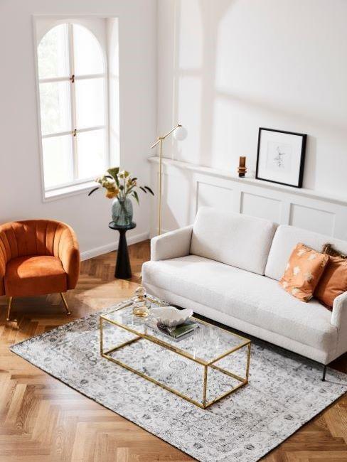 soggiorno con poltrona arancione