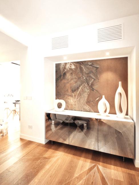 ingresso con consolle, quadro e oggetti decorativi