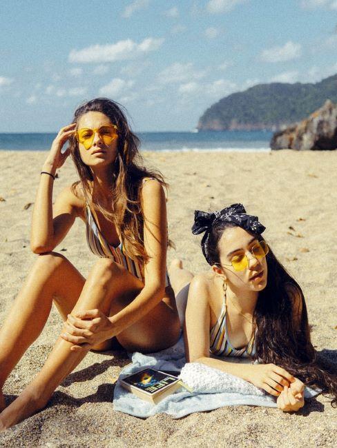 ragazze in spiaggia con beach waves