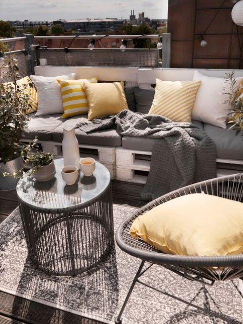divano con pallet e cuscini