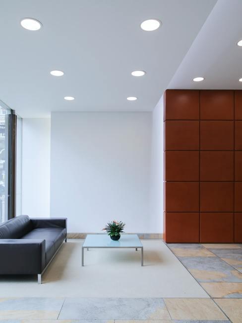 Leer schoonmaken: leren bank in een modernistisch licht interieur