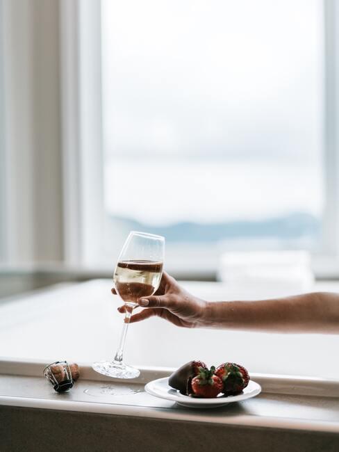 Vrouw met een glas in haar hand