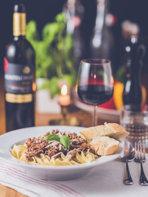 Rode wijn geserveerd met pasta