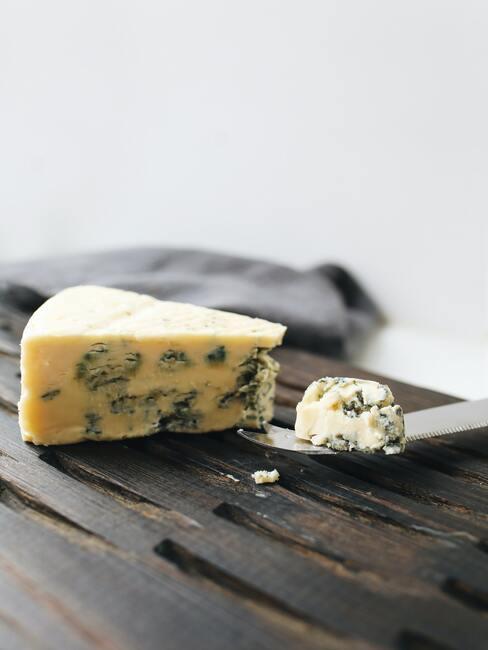 Blauwe kaas op houten bord