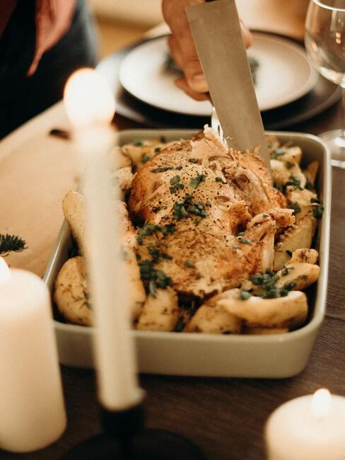 Gebraden kip op de houten tafel met kaarsen