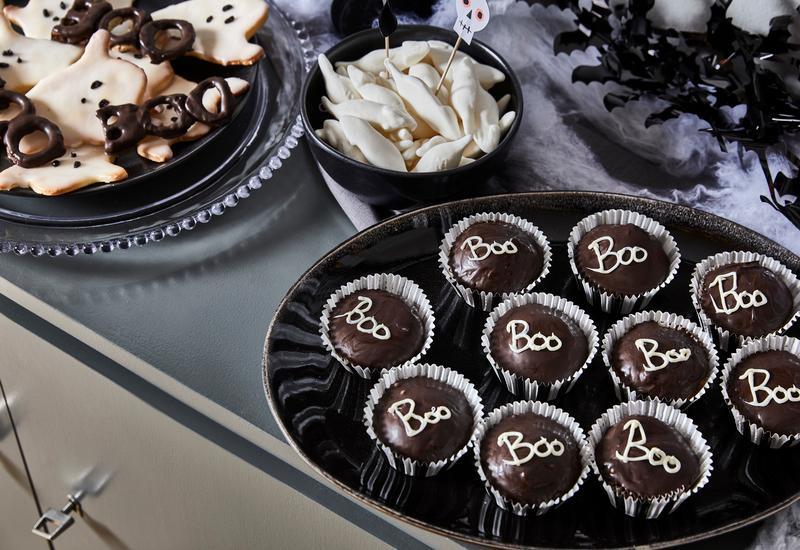 Cupcakes met halloween tekeningen op keukentafel