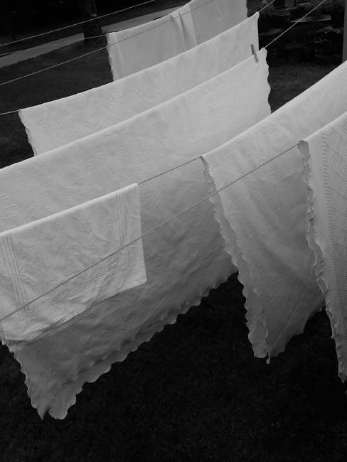 Wit tafelkleed na het verwijderen van wijnvlekken