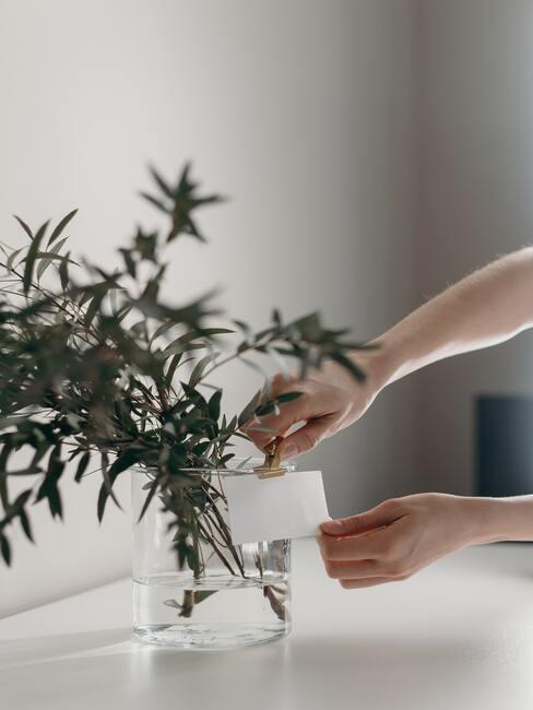 Notities in een vaas met bloemen