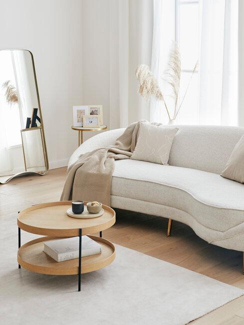 Schoonmaken zitbank beige in woonkamer met nude tinten