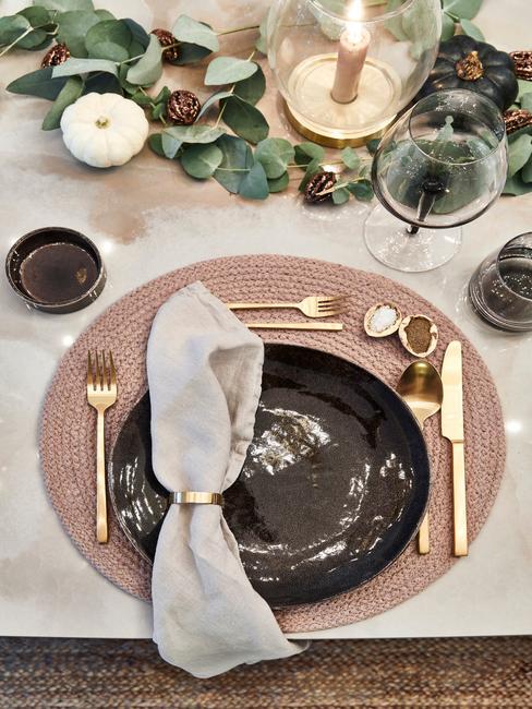 Herfst decoratie tafelsetting pompoenen