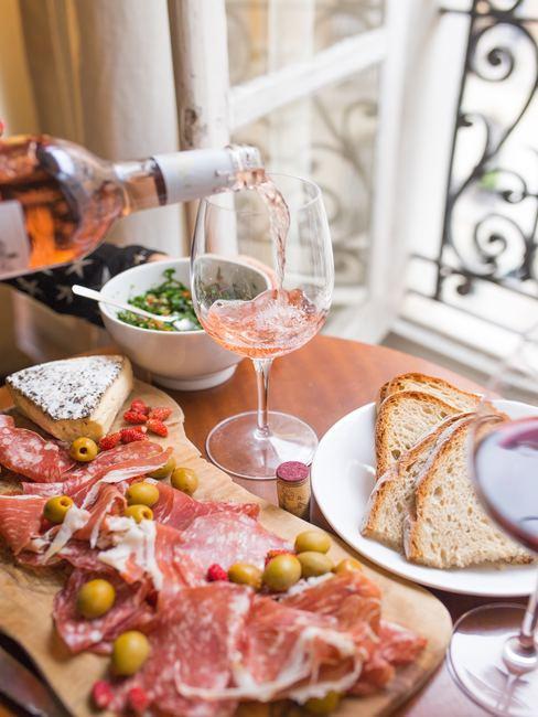 Eten op tafel met wijn