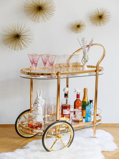 Close-up rose glazenset op bar cart getuigen vragen