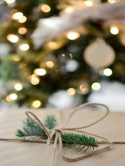 Een lint met een takje als kerstversiering