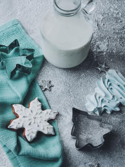 Kerstkoekjes met een glas melk
