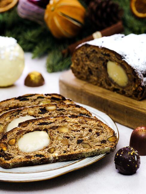 Vers gebakken brood op een wit bord