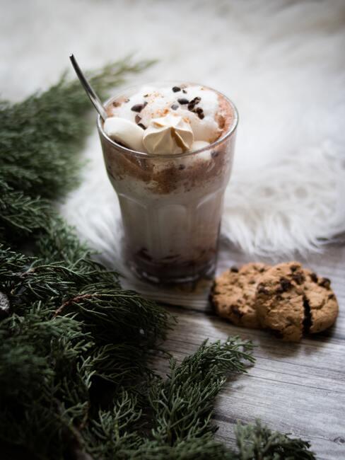 Aromatische koffie met melk in een glas op een houten tafel