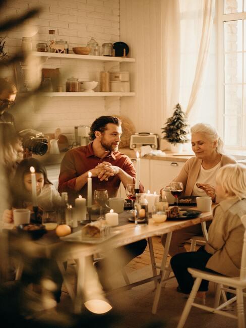 Kerstbrunch organiseren: familie aan de tafel zitten