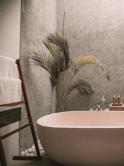 Vrijstaande badkuip met plant