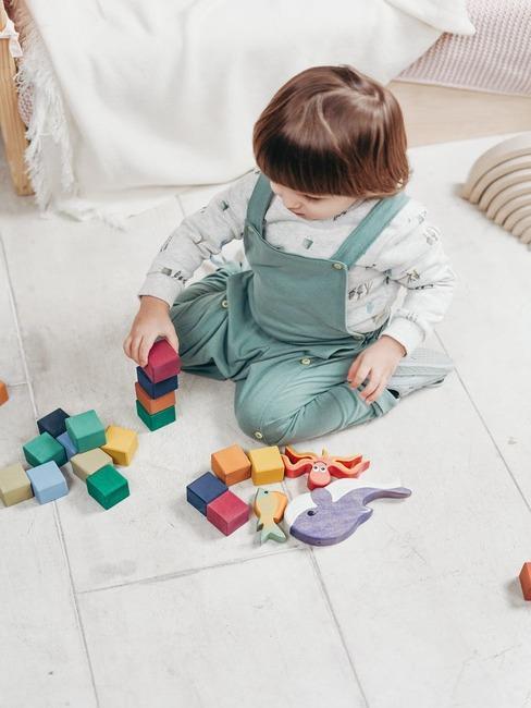 baby 1 jaar spelend met blokken