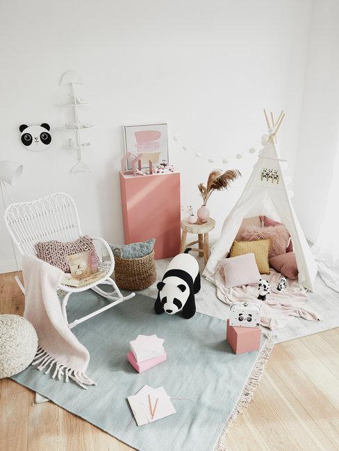 Lichte kinderkamer met panda tipi en witte schommelstoel